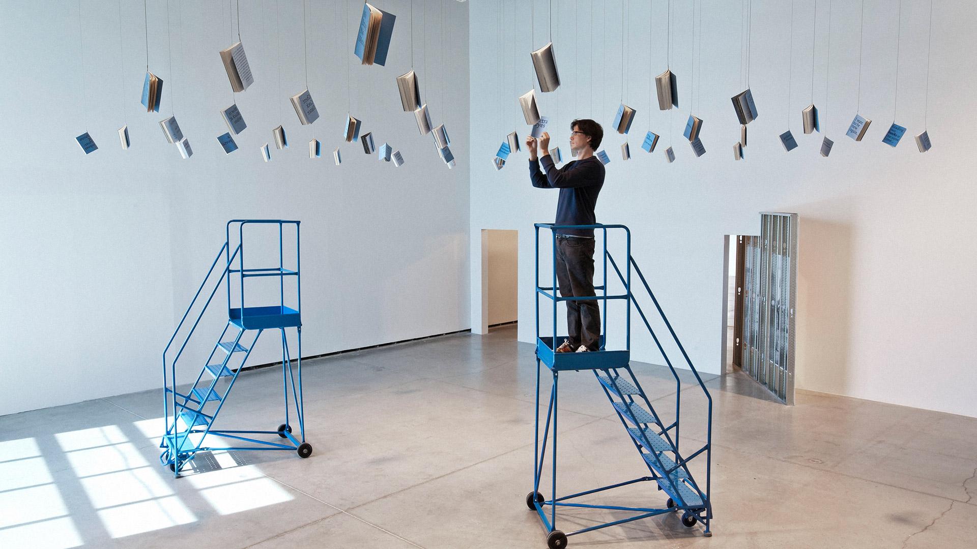 Instalatia Albatross Omnibus a artistului Derek Sullivan.